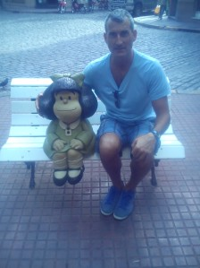 Con Mafalda de Quino, en el Paseo de la Historieta (Barrio de San Telmo, Ciudad de Buenos Aires)