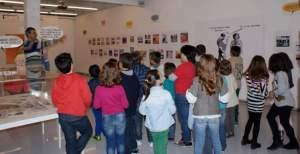 Aquí estamos mostrando viñetas a niños de 6 a 12 años en la Sala Rekalde de Bilbao, antes de iniciar el taller de humor gráfico. ¡Entusiasmados!