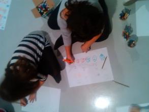 Materiales sencillos: lápices de colores, papel, el suelo… y mucha imaginación.
